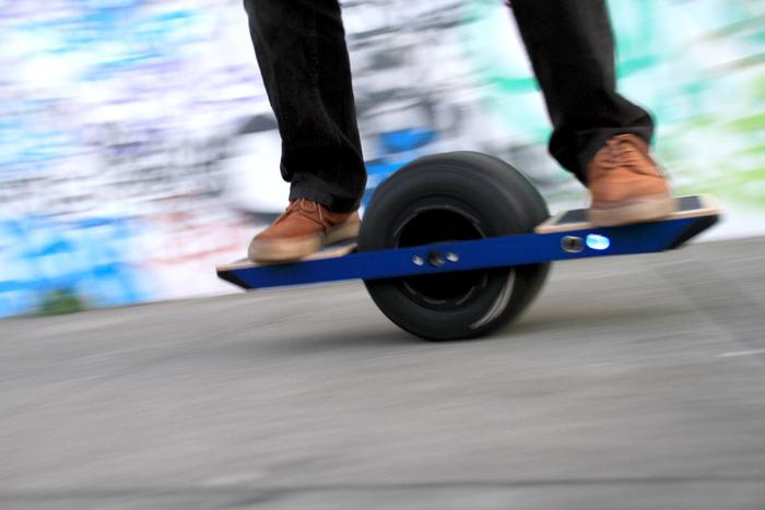 onewheel skateboard mit elektromotor und nur einem rad f rderland. Black Bedroom Furniture Sets. Home Design Ideas