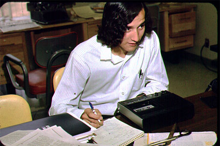 Kassentenrecorder statt Laptop: Redakteur in den Siebzigern (Dan Wybrant)