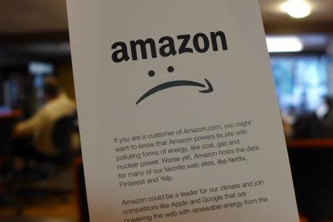 Greenpeace macht mit Flyern wie diesen gegen Amazon mobil. (Bild: Jan Tißler)
