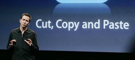 Scott Forstall zeigt die neue Software: Ab Sommer wird kassiert (Keystone)