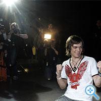 Er ist der neue Superstar: Thomas Godoj post vor der Pressemeute (Bild Keystone/Frank Augstein)