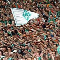 Bremer Fans feiern ein 6:0 ... (Keystone)
