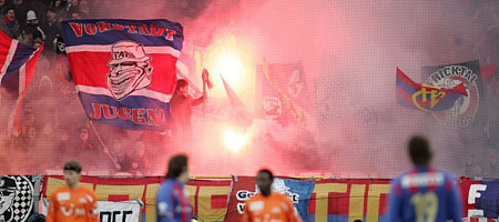 FC-Basel-Fans: Mit dem Laptop in die Muttenzerkurve? (Keystone)