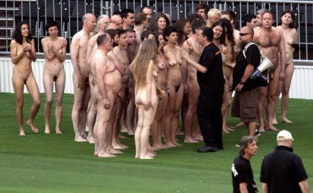 Kunstfotograf Spencer Tunick bietet den Medien Gelegenheit, Nackte im Überfluss zu zeigen. (Bild Keystone / Herbert Pfarrhofer)