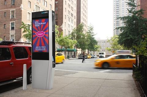 """Beispiel für einen """"LinkNYC"""" Hotspot inklusive LCD für Werbung."""