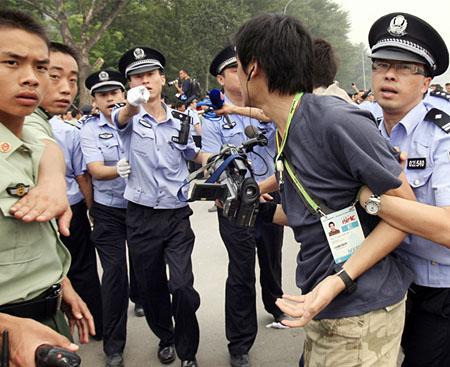 Presse unerwünscht: Ein TV-Team aus Hongkong wird am Freitag darin gehindert, für Olympia-Tickets anstehende Chinesen zu filmen (Bild Keystone/Robert F. Bukaty)