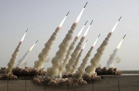 Am Mittag ist mit verstärkten Raketenschauern zu rechnen (Montage, Bild Keystone/Sepah News)