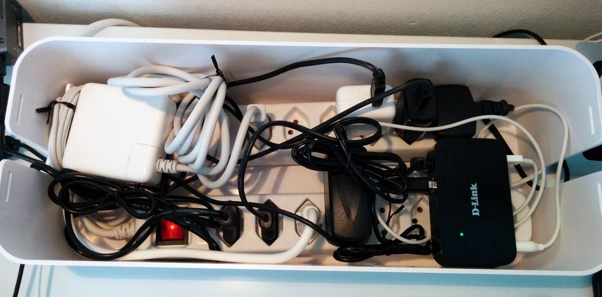 zu viele kabel auf dem schreibtisch der kabelsalat verschwindet in einer eleganten box f rderland. Black Bedroom Furniture Sets. Home Design Ideas